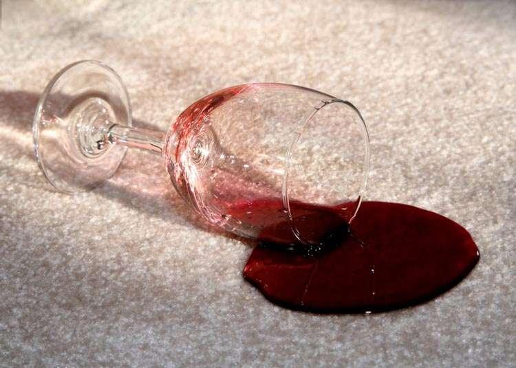 kak vyvesti pyatna ot vina s divana