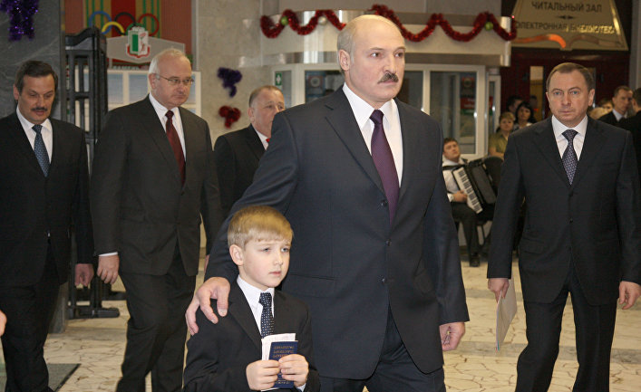 lukashenko obyasnil dlya chego beret svoego syna kolju na oficialnye meropriyatiya